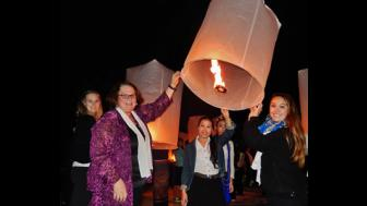 2014 Thailand study abroad students with lanterns